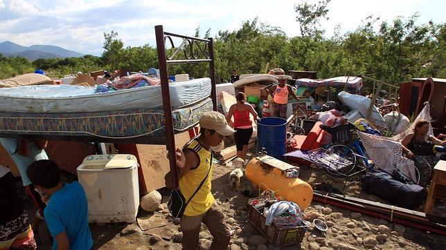 Colombianos cargan sus pertenencias por el río Táchira desde Venezuela hacia el sector La Parada (Colombia)
