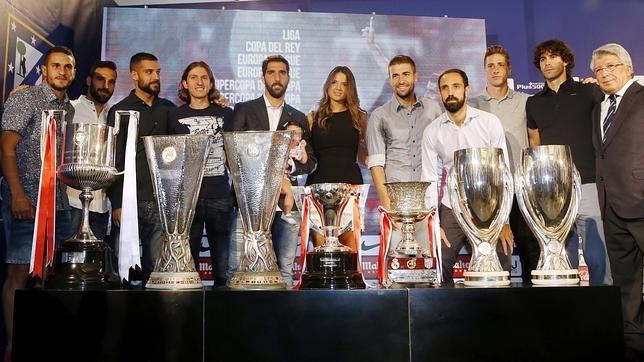Raúl García, con su mujer, su hija, varios de sus compañeros y el presidente del Atlético, en la despedida del jugador del club rojiblanco