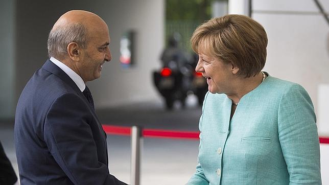Isa Mustafa, primer ministro de Kosovo, saluda a Angela Merkel durante un encuentro en junio