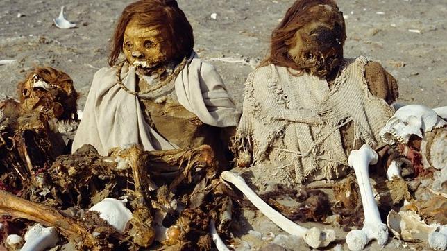 Restos Incas momificados en la cumbre de la montaña de Nazca