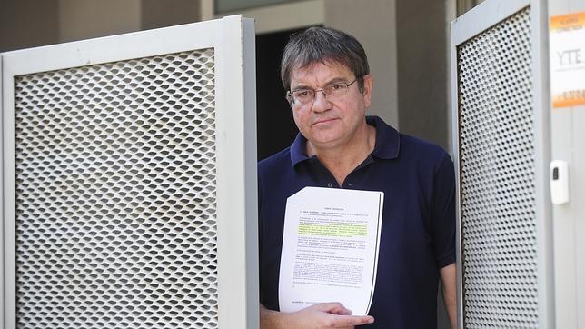 Agustín Fernández enseña la sentencia del TSJC en la que se exige un 25% de clases en castellano