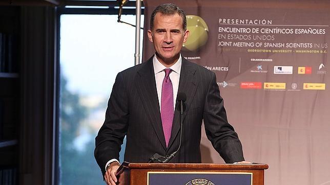 Don Felipe durante su intervención en el acto con los científicos españoles en la Universidad de Georgetown