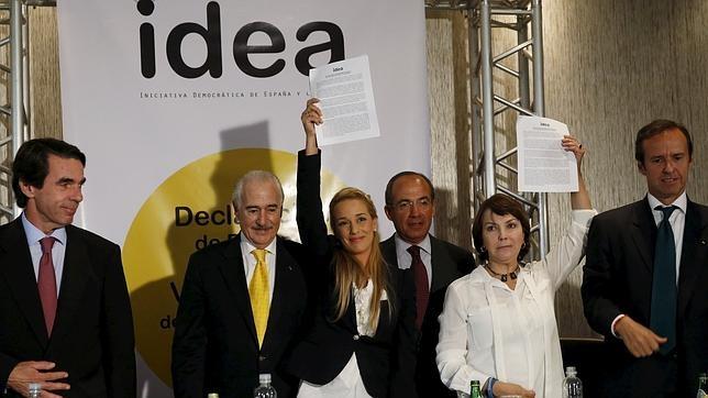 Lilian Tintori y Mitzy Capriles (d), mujeres de Leopoldo López y Antonio Ledezma, con los expresidentes Aznar, Pastrana, Calderón y Quiroga, el pasado abril en Panamá