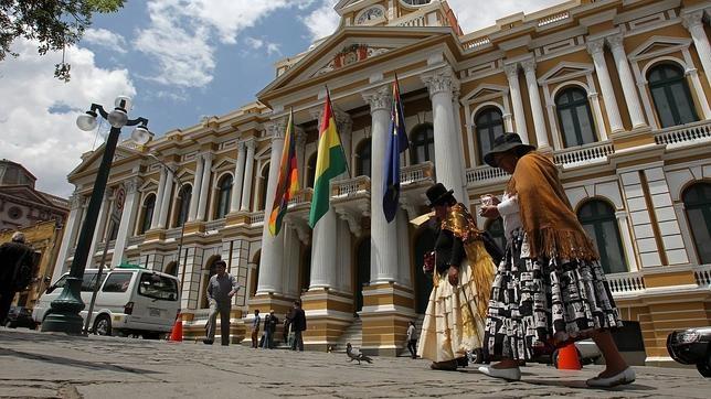 Fotografía de la Asamblea Legislativa de Bolivia donde se ve la bandera azul de la reivindicación marítima