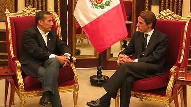 El presidente de Perú, Ollanta Humala, junto al expresidente español José María Aznar, en Lima