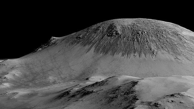 Imagen de Marte obtenida por satélite donde se puede ver que hay largas y finas líneas en las pendientes, como si estuvieran formadas por el deslizamiento de pequeñas gotas