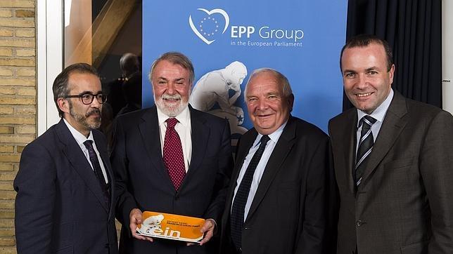 Mayor Oreja (segundo por la izquierda), tras recibir el premio, junto al presidente del EIN Paulo Rangel (izda), el presidente del PPE, Joseph Daul (segundo por la derecha) y el presidente del Grupo Parlamentario de PPE Manfred Weber (dcha)