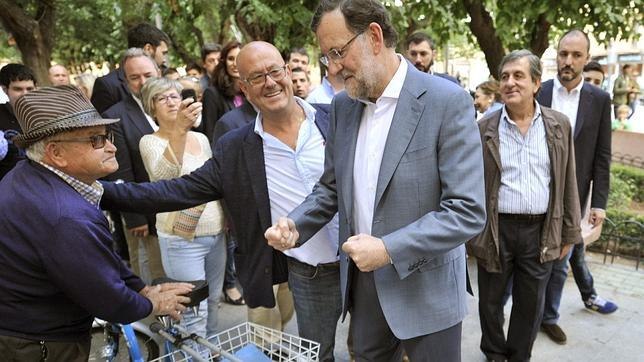 Rajoy saluda a un vecino de la localidad toledana de Mora