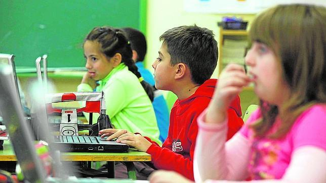 Alumnos de un centro público que ya se familiarizan con los ordenadores en clase