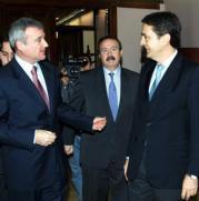 Fernández-Miranda (a la derecha) conversa con el presidente murciano, Ramón Luis Valcárcel (a la izquierda) y el consejero de Trabajo, Gómez-Fayrén. Efe