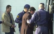 Dos de los detenidos son introducidos en un furgón policial. Efe