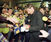 Palermo firma autógrafos a los seguidores que le recibieron en Manises. Mikel Ponce