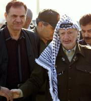 ApHisham Miki, el director de la radiotelevisión de Yaser Arafat asesinado ayer, aparece en esta imagen del pasado día 7 junto al líder palestino en Gaza