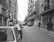 Dos agentes patrullan por la calle Bello, lugar habitual de venta de droga. Israel García