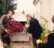 Flores rojas y blancas ayer en Vélez, en la ofrenda a María Zambrano. José Antonio Berrocal
