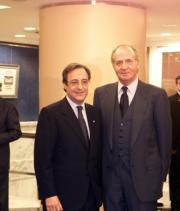 El Rey, que presidió el partido, junto a Florentino Pérez. Miguel Berrocal