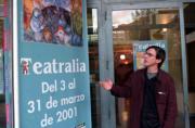 Carlos Laredo, director de Teatralia, muestra un cartel con una mágica representación de Chagall. José García