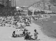 La playa del Postiguet en Alicante lucía esta imagen ayer a mediodía. Antonia Martínez