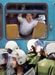 Un grupo de manifestantes neonazis, que se hizo con el control de un autobús, se enfrentó ayer a la policía en la ciudad alemana de Fráncfort durante las protestas del Primero de Mayo. Ap