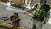 Soldados de la Alianza del Norte muestran un instrumento de castigo utilizado por los talibanes.Ap