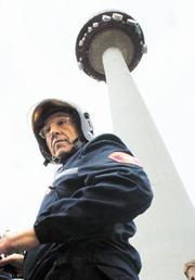 El fuego que se produjo en la tercera planta de Torrespaña no causó daños personales. Chema Barroso