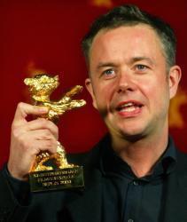 El director Michael Winterbottom recoge el Oso de Oro a la mejor película por «In this world»,  ayer en Berlín. REUTERS