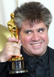 Pedro Almodóvar luce con orgullo su segundo Oscar. EPA