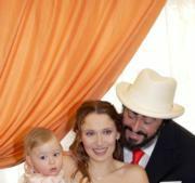 Foto oficial del nuevo matrimonio con su pequeña hija Alice