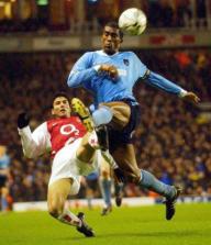Reyes pelea un balón con Distain en el estadio de Highbury. AP