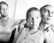 Oswaldo Alfonso, con su madre e hijo, poco después de su liberación el martes. AP