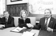 Castellanos y Luján sellan el acuerdo con un apretón de manos en presencia del presidente de la Diputación de Toledo.  FOTO: HUERTAS FRAILE