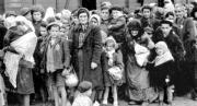 Un grupo de mujeres y niños judios llegan a Auschwitz en 1944 ABC