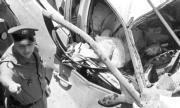 Samir Qasir yace muerto en el interior de su vehículo, mientras un policía inspecciona el lugar del atentado EPAS