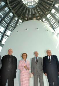 EFE/POOL  Los Reyes, con Nouvel y Fornesa, en la cúpula que remata la torre Agbar