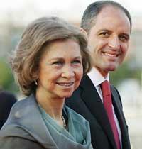 La Reina, con Francisco Camps, a su llegada anoche al Palau de les Arts