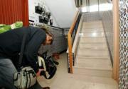 EFE  Un cámara filma el portal del edificio donde vivía el matrimonio asesinado