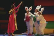 JULIÁN DE DOMINGO  El gato con botas ofrece una zanahoria a los conejitos, ayer durante el ensayo