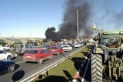 FELMAR  La quema de neumáticos y los tractores acompañaron a los agricultores en casi todos los cortes de carreteras programados