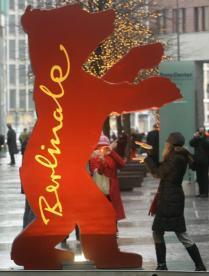 REUTERS  Una joven se fotografía junto a un cartel con el oso de la Berlinale