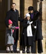 EPA  Barack Obama, ayer con su mujer e hijas en Illinois