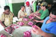 AP. Varios cubanos hacen la compra en una céntrica carnicería de La Habana