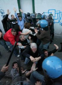 EPA  Efectivos policiales se enfrentan a manifestantes, ayer, en las afueras de Nápoles