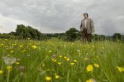 DANIEL MORDZINSKI/HAY FESTIVAL  El escritor, caminando por el bello entorno de la localidad galesa de Hay-on-Wye, sede del Hay Festival, hace unos días