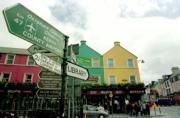 ABC  Letreros bilingües, en gaélico y en inglés, en la localidad irlandesa de Kenmare, en la región de Kerry