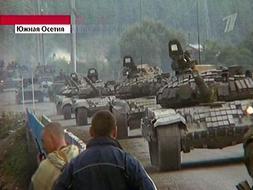 Imagen de la televisión rusa que muestra a los tanques georgianos tomando las calles de la capital osetia. /AP