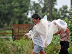 Dos mujeres tratan de buscar un lugar más seguro en Pinar del Rey (Cuba), ante la inminente llegada del Gustav. /EFE