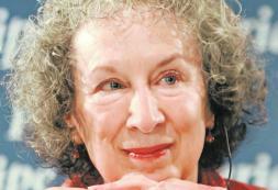 Margaret Atwood: «Son tiempos duros, cuando más necesita el hombre la poesía»