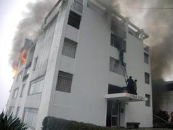 Un edificio de quito arde tras estrellarse contra él un avión militar. / Afp