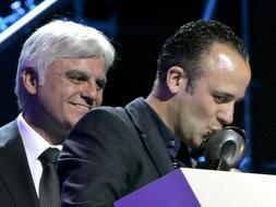 El actor Javier Gutiérrez besa el Premio Max al mejor actor por 'Argelino, servidor de dos amos', en la gala celebrada en el Teatro Cuyás. / Efe
