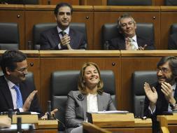 La nueva presidenta del Parlamento Vasco, Arantza Quiroga, recibe el aplauso de sus compañeros. / Reuters